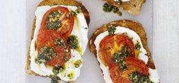 Tosta de tomates asados con pesto de menta